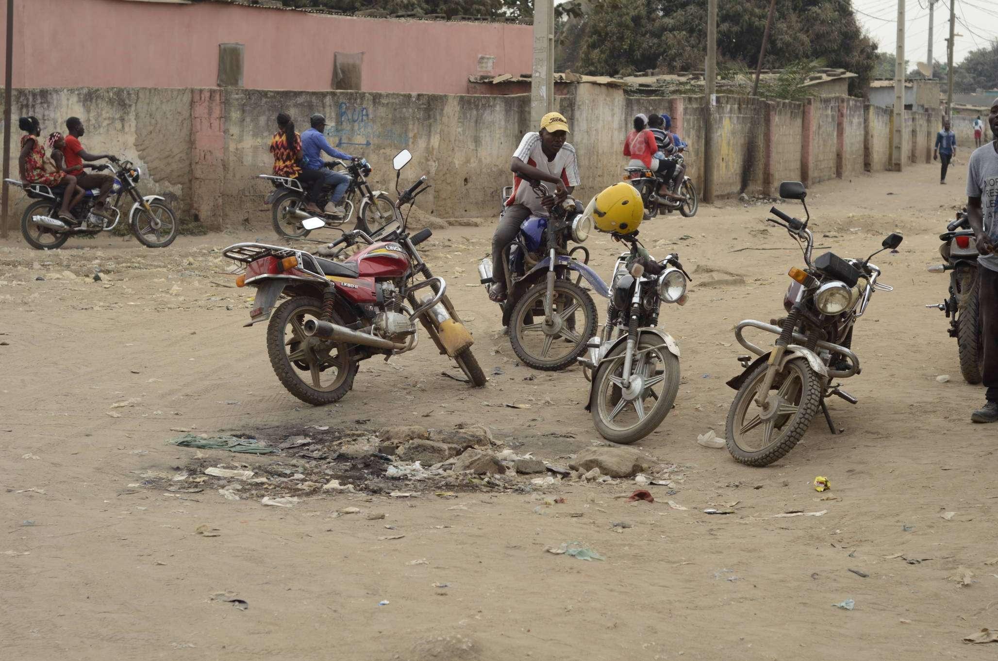 Resultado de imagem para mototaxista em luanda